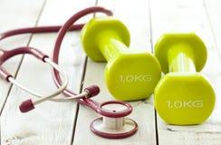 Zielony dumbbell i stetoskop Zdjęcie Stock