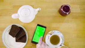 zielony ekran Kobieta wręcza scrolling mądrze telefon zbiory