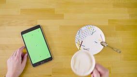 zielony ekran Kobieta wręcza scrolling pastylkę zbiory wideo