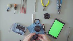 zielony ekran Męskich ręk fotografii remontowy obiektyw zbiory wideo