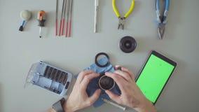 zielony ekran Męskich ręk fotografii remontowy obiektyw zdjęcie wideo