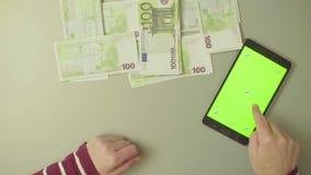 zielony ekran odliczająca kobieta wręcza pieniądze zbiory wideo