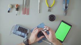 zielony ekran Ręki z śrubokręt naprawy obiektywem zbiory wideo