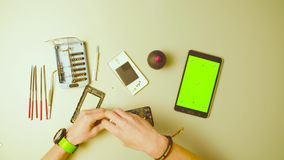zielony ekran Samiec ręki reparing smartphone zdjęcie wideo