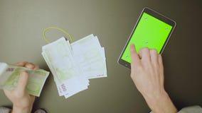 zielony ekran Samiec wręcza odliczającego pieniądze zdjęcie wideo