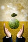 Zielony energetyczny pojęcie, Zielona planeta z silnikami wiatrowymi lata Obraz Royalty Free