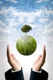 Zielony energetyczny pojęcie, Zielona planeta z silnikami wiatrowymi lata Fotografia Stock