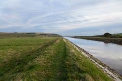 Zielony footpath obok Cuckmere rzeki Obraz Stock