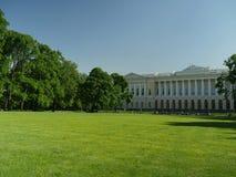 Zielony gazon przed pałac królewskim zdjęcia stock