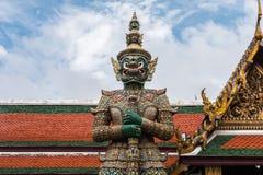 Zielony Gigantyczny opiekun w Wata Phra Kaew świątyni fotografia stock