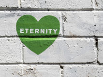 Zielony graffiti serce na biel ścianie Fotografia Royalty Free
