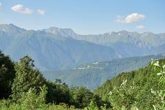 Zielony halny skłon z wężowatą drogą która pochodzi w dolinę obrazy royalty free