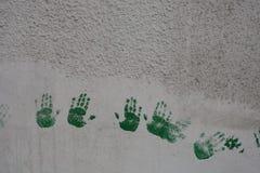 Zielony handprints tło zdjęcia stock