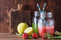 Zielony i czerwony smoothie zdjęcie royalty free