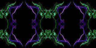 Zielony i fiołkowy abstrakt przekręcający dym odizolowywający na czarnym tle Obraz Royalty Free