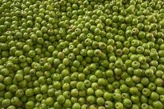 Zielony i soczysty babcia kowala jabłka stos przy lokalnymi rolnikami mąci Zdjęcia Stock