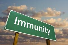 zielony immunitetowy drogowy znak Zdjęcia Stock