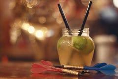 Zielony jabłczany owocowy alkoholu koktajl Świeżość zimny koktajl z zielonym jabłkiem, lodem i wapnem, zdjęcia royalty free