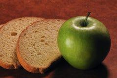 Zielony jabłko i plasterki biały chleb na drewnianym tle Fotografia Royalty Free