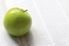 Zielony jabłko na książce Obraz Stock