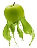 Zielony jabłko z farby pluśnięciem zdjęcie royalty free