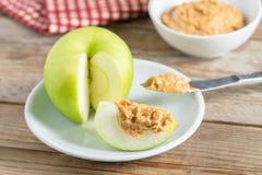 Zielony jabłko z masłem orzechowym zdjęcie royalty free