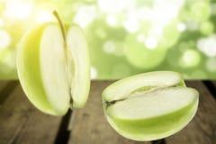 Zielony jabłko z słońcem Obrazy Stock