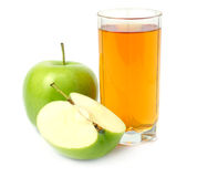 Zielony jabłko z sokiem odizolowywającym na bielu zdjęcia royalty free