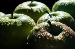 Zielony jabłko z wodą opuszcza zakończenie makro- Obrazy Stock