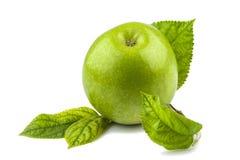 Zielony jabłko z zielonymi liśćmi Zdjęcie Royalty Free