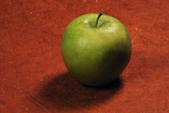 Zielony jabłko na drewnianym tle Obrazy Stock