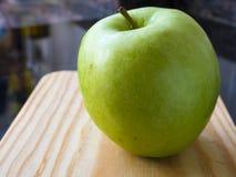 Zielony jabłko na stole w kuchni obrazy stock