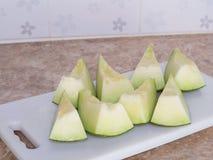 Zielony japoński melon ciął lub dzielił na białym bloku w kitc Zdjęcia Royalty Free