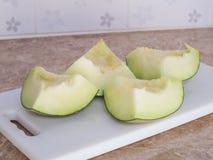 Zielony japoński melon ciął lub dzielił na białym bloku w kitc Obrazy Royalty Free