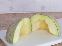 Zielony japoński melon ciął lub dzielił na białym bloku w kitc Obraz Stock