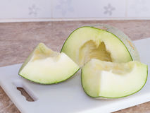 Zielony japoński melon ciął lub dzielił na białym bloku w kitc Fotografia Royalty Free