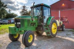 Zielony John Deere ciągnik na gospodarstwie rolnym obraz royalty free