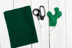 Zielony kaktus od odczuwanego na białym drewnianym tle Zabawkarski handmad Zdjęcia Royalty Free