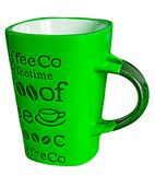 Zielony kawowy kubek z inskrypcjami obraz royalty free
