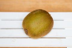 zielony kiwi Kiwi owoc odizolowywająca na drewnianym tle Zdjęcie Stock