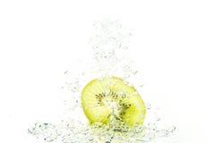 Zielony kiwi z wodnymi bąblami Zdjęcie Royalty Free