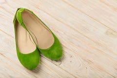 Zielony kobiety ` s kuje baleriny na drewnianym tle Zdjęcie Stock