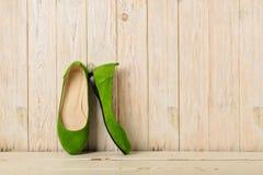 Zielony kobiety ` s kuje baleriny na drewnianym tle Zdjęcia Royalty Free