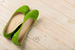 Zielony kobiety ` s kuje baleriny na drewnianym tle Fotografia Stock