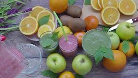 Zielony koktajl detoxification zdrowe jeść zbiory wideo