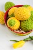 Zielony kolor żółty szydełkujący Easter jajka Zdjęcie Stock