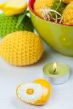 Zielony kolor żółty szydełkujący Easter jajka Fotografia Stock