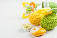 Zielony kolor żółty szydełkujący Easter jajka Zdjęcia Royalty Free