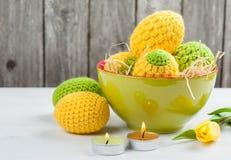 Zielony kolor żółty szydełkujący Easter jajka Obrazy Stock