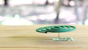 Zielony komara repellent palenie i bielu dym na drewnianym stole z zieloną plamą zaświecamy zbiory